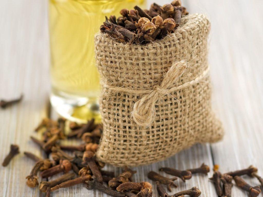 Clove essential oil for toenail fungus
